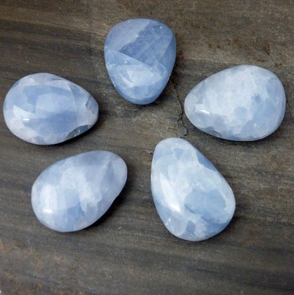 Calcit blau Trommelstein