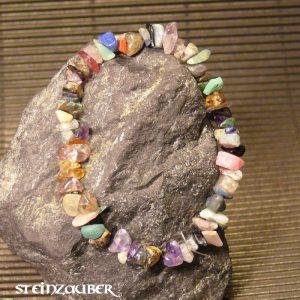 Splitterarmband aus verschiedenen Edelsteinsplittern