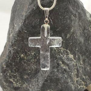 Kreuz aus klarem Bergkristall A