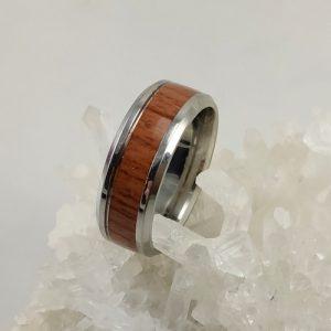 Ring aus Edelstahl und Holz