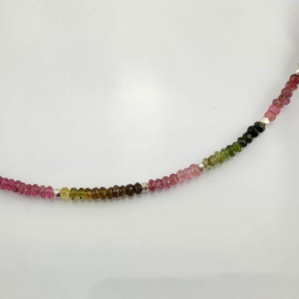 Edelstein-Collier aus verschiedenfarbigen Turmalinen mit Elementen aus 925er Sterlingsilber