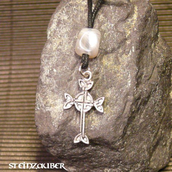 Amulett Aran-Kreuz aus Zinn mit einem Achat Schutzstein