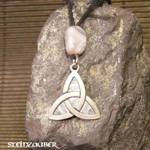 Amulett Dreiecksknoten aus Zinn mit einem Achat Schutzstein