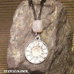 Amulett Sonnenscheibe aus Zinn mit einem Achat Schutzstein