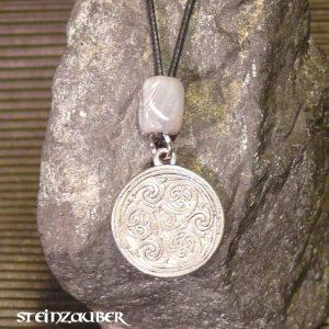 Amulett Triskellion aus Zinn mit einem Achat Schutzstein