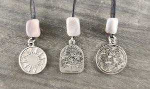 Amulette aus Zinn mit Schutzstein