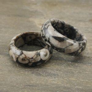 Seltener Ring aus Fossilkalk mit versteinerten Schnecken, Muscheln und Korallen
